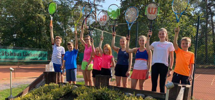Kinder und Eltern schlagen beim Eltern-Kind-Turnier im Team auf